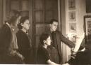 Jacques Berthier avec sa mère, Geneviève Parquin au piano et ses deux soeurs, Cécile et Jeanne-Marie, rue de Caylus à Auxerre en 1945