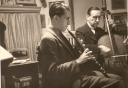 Jacques Berthier au hautbois, avec son père Paul au violoncelle, rue de Caylus à Auxerre, 1945