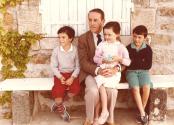Jacques Berthier et ses trois premiers petits-enfants, à Duzon, Ardèche, 1983